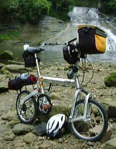 d32622c491 そうキャリアもバーエンドもつけたままで輪行袋に入るのです.Folding Bike Cover というのはワイ・インターナショナル系列のお店で売っている折り畳み自転車用の袋  ...